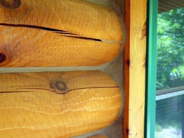 Logs on a home around a window that are properly caulked.